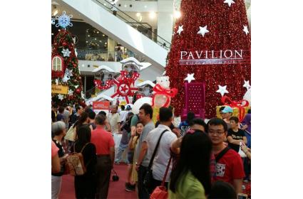 马来西亚某商场中厅圣诞节上的摩天轮