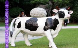 户外园林玻璃钢卡通动物雕塑奶牛摆件